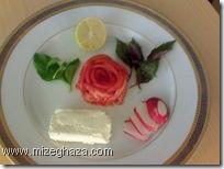 گوجه فرنگی به شکل گل سرخ به همراه پنیر