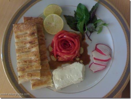 گوجه فرنگی به شکل گل سرخ به همراه پنیر و سرکه و روغن زیتون